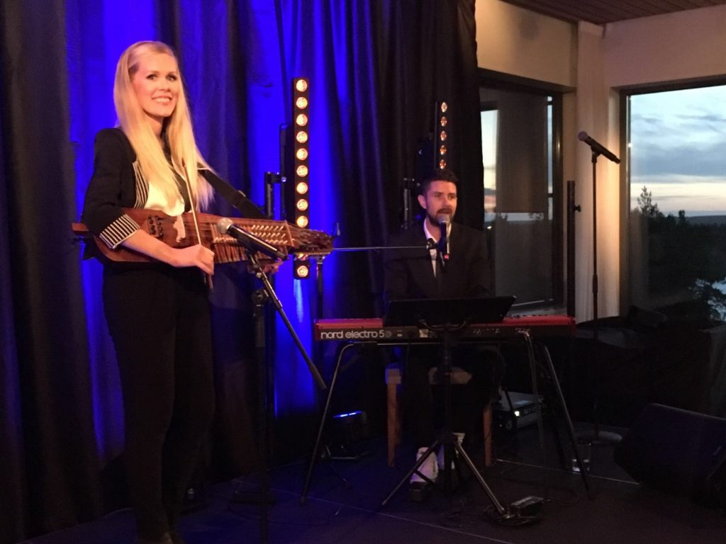 nyckelharpa och piano showgruppen Triss i Ess
